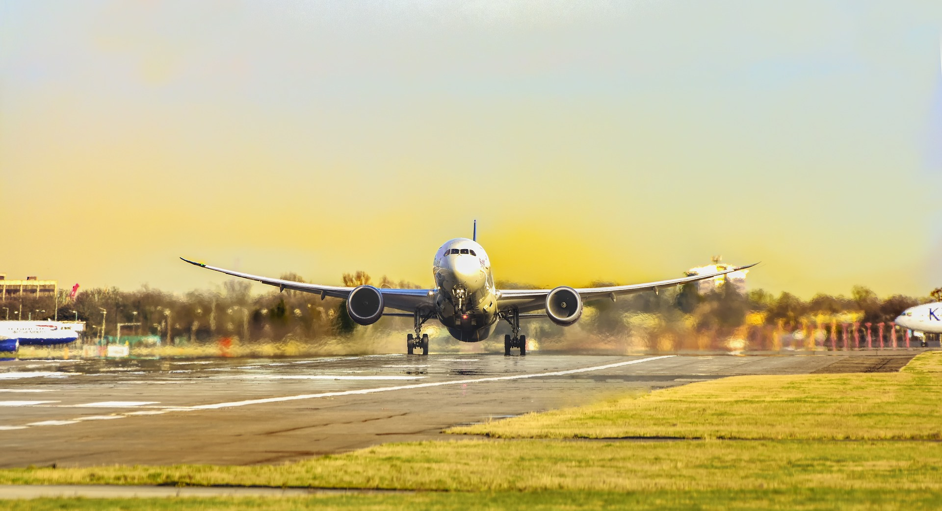空港を飛び立つ飛行機のイメージ写真