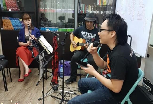 EMSの岡安さんが校内イベントで歌を披露
