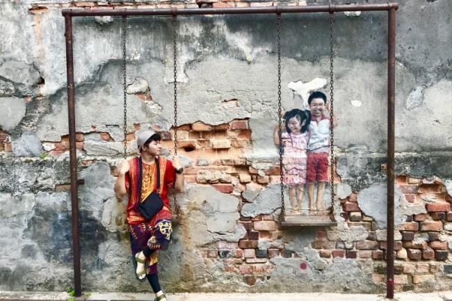 ペナン島ジョージタウンのストリートアート、ブランコに乗る兄弟
