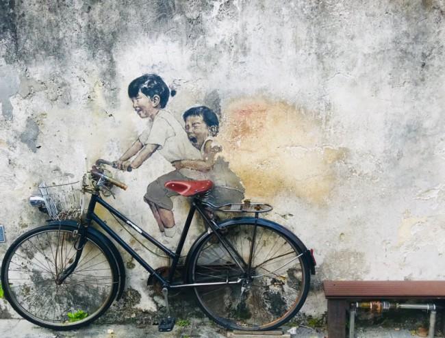 ペナン島ジョージタウンのストリートアートーアーネスト・ザカレビッチが描いたKid on Bycycle(自転車に乗る子供達)