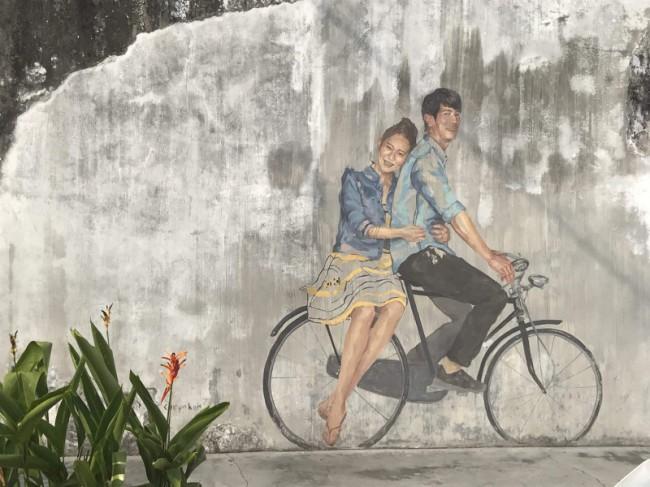 ペナン島ジョージタウンのストリートアート-自転車に乗るカップル