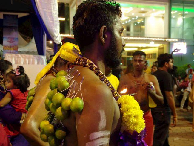 ヒンドゥ―教の奇祭タイプ―サムで背中に針を刺して苦行する信者の写真