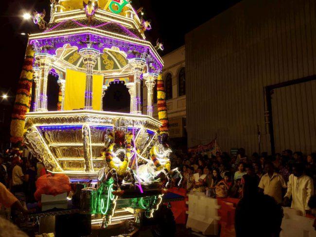 ヒンドゥ―教の奇祭タイプ―サムでチャイナタウンの寺院を出発する銀の馬車