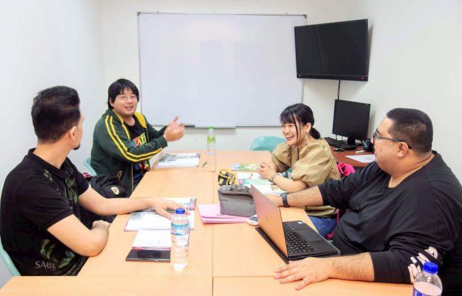 【写真】マレーシア人の講師(右)が教えるクラスでは、「世界的に話題のトピック」についてディスカッションをしていた。