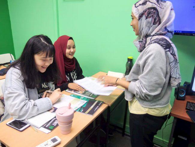 【写真】トゥドゥンを被ったマレーシア人女性の講師もいるなど、講師の国籍や宗教もさまざま。