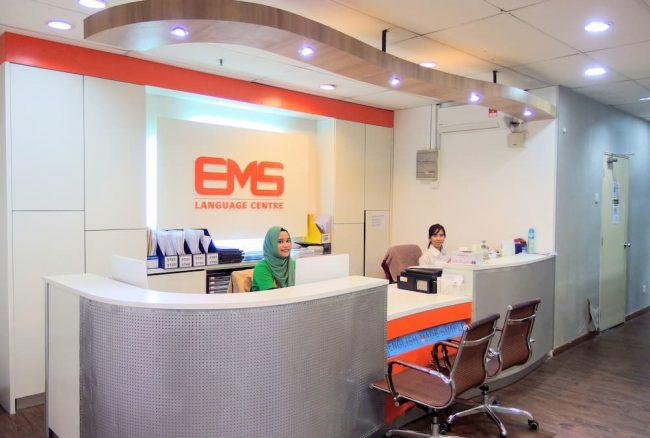 EMS Language Centre の受付カウンター