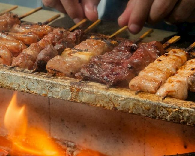 しゃかりき酒ダイニング(デサスリハタマス店)の炭火で焼いた焼き鳥の写真