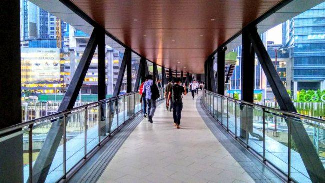 ミッドバレーメガモールやガーデンズモールと、LRTの駅、アブドゥラフクム駅を結ぶ歩道橋